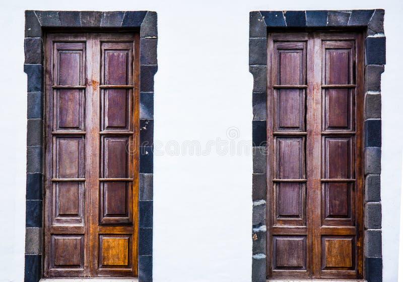 Старые деревянные двери стоковая фотография