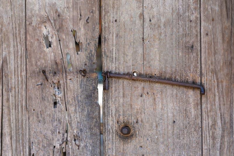 Старые деревянные двери строба с ржавым шкафчиком металла сбор винограда типа лилии иллюстрации красный стоковая фотография