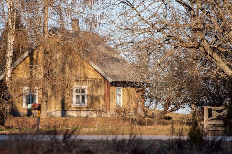 старые деревянные детали архитектуры дома сельской местности стоковые изображения rf