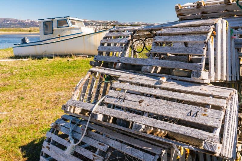 Старые деревянные ловушки и рыбацкие лодки омара стоковая фотография rf