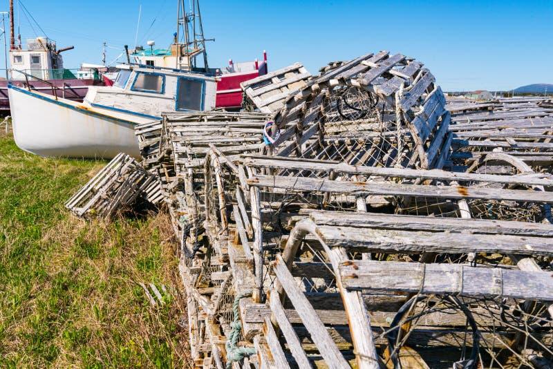 Старые деревянные ловушки и рыбацкие лодки омара стоковые изображения rf