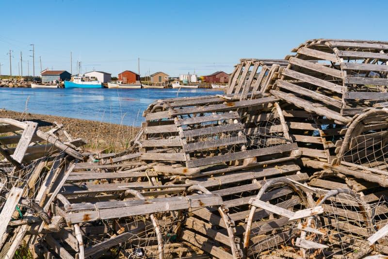Старые деревянные ловушки и рыбацкие лодки омара стоковое фото