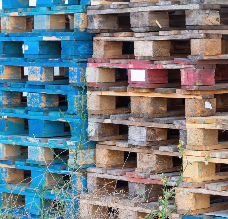 Старые деревянные паллеты от груза, доставки Сброшенный, штабелированный стоковое фото rf