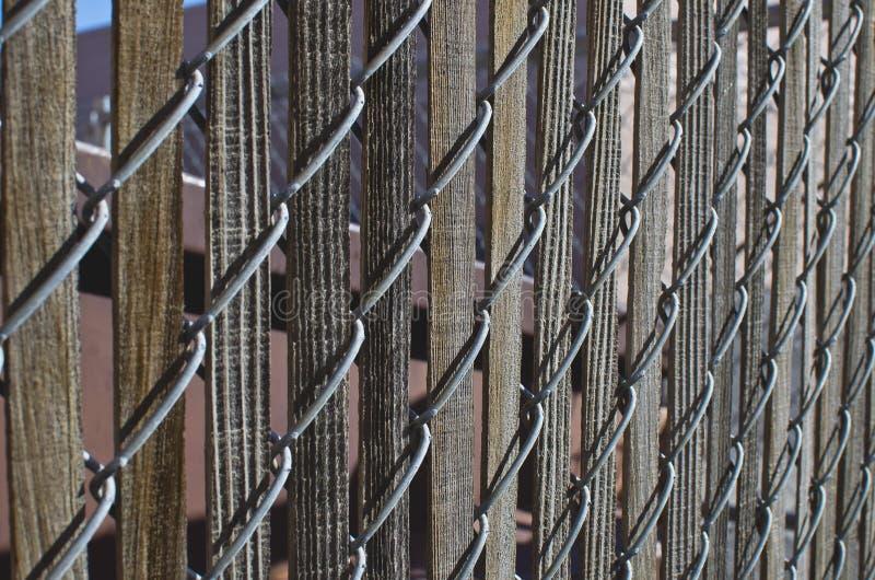 Старые деревянные предкрылки в загородке соединенной цепью стоковое фото rf