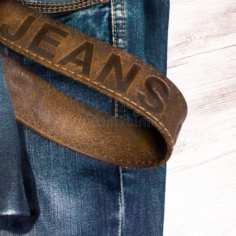 Старые джинсы с кожаным поясом стоковые фото