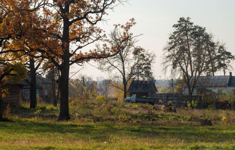 Старые дома и получившаяся отказ тележка Осень на старой ферме стоковая фотография