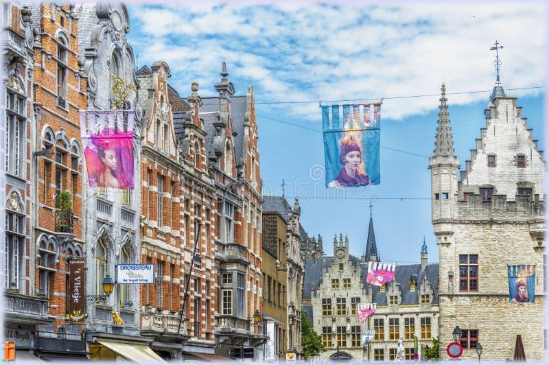 Старые дома на больших рыночной площади и городской ратуше в Mechelen, Бельгии стоковые изображения rf