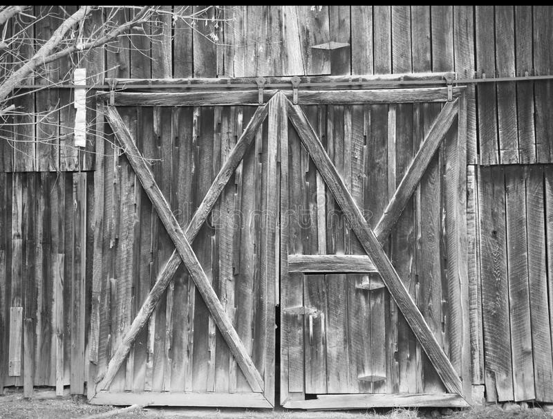 Старые деревенские двери амбара стоковые изображения rf