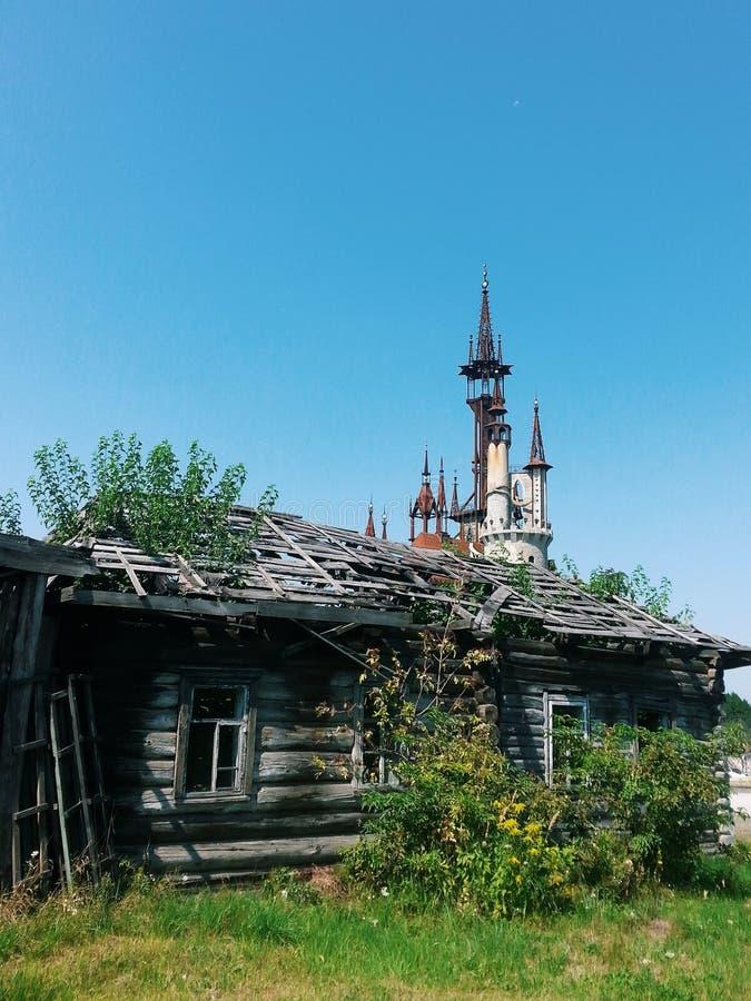 Старые деревня и замок стоковая фотография rf