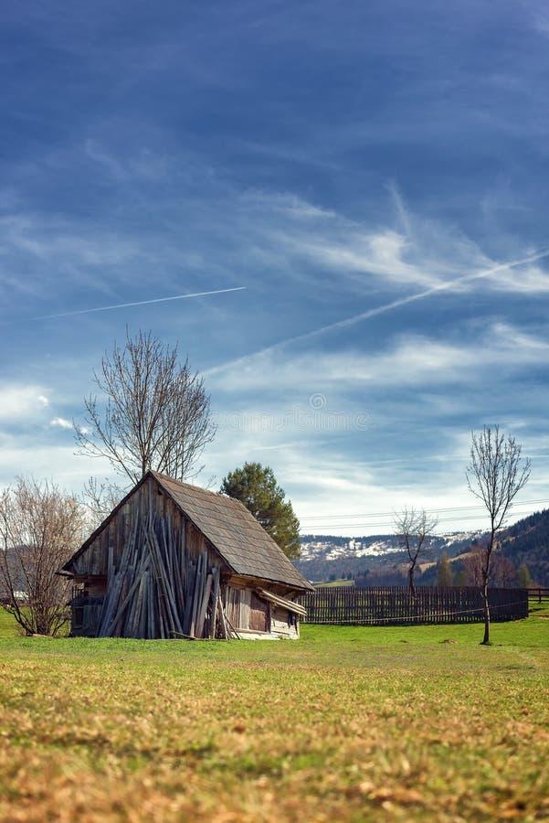Старые деревянные лачуга или кабина в древесинах против красивых гор стоковое фото rf