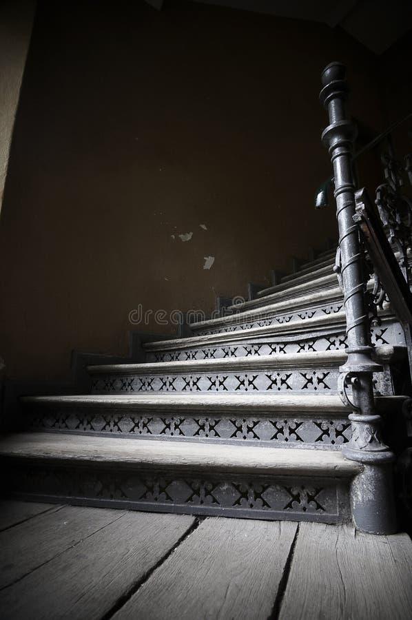 Старые деревянные лестницы в покинутом арендуемом доме стоковые изображения rf