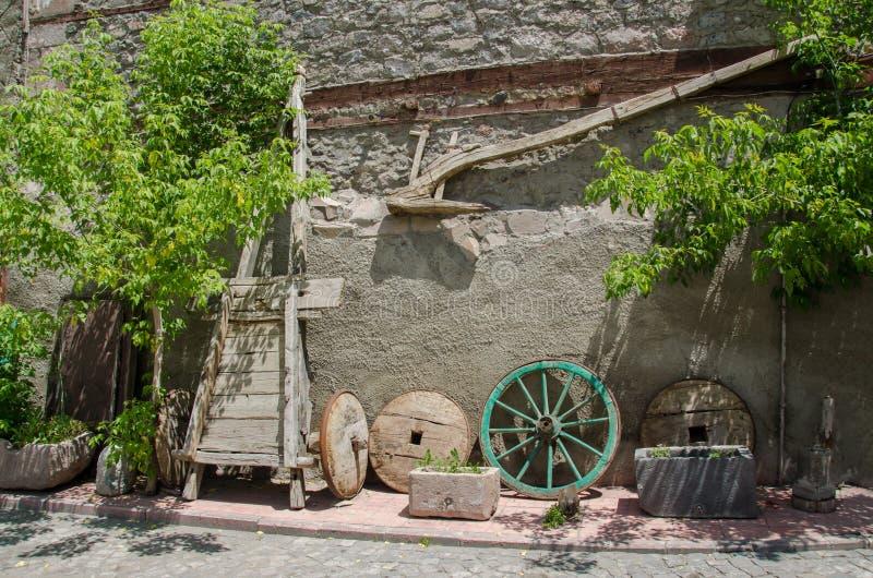 Старые деревянные плужок, tumbrel и колеса стоковые фото