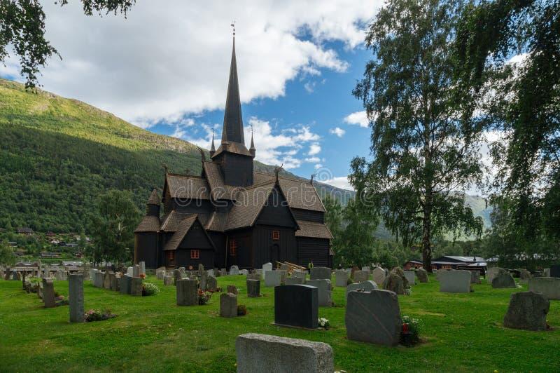 Старые деревянные ударяют часовню окруженную кладбищем, Норвегией стоковая фотография rf