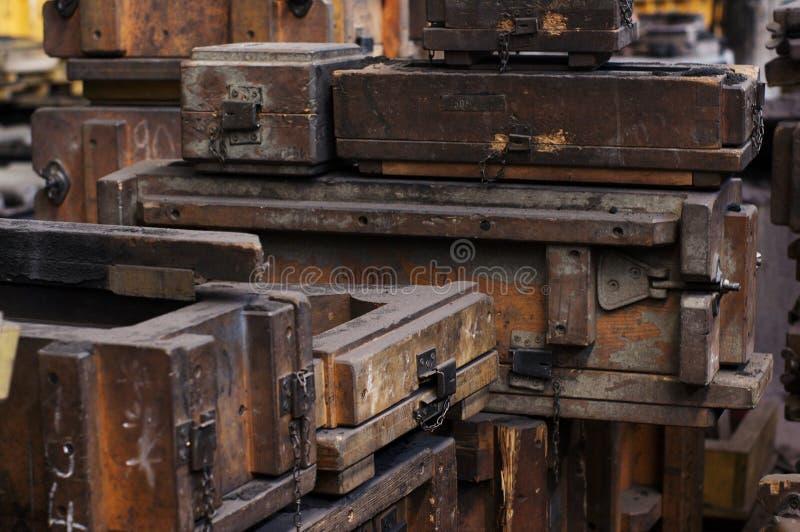 Старые деревянные формы и коробки стоковая фотография