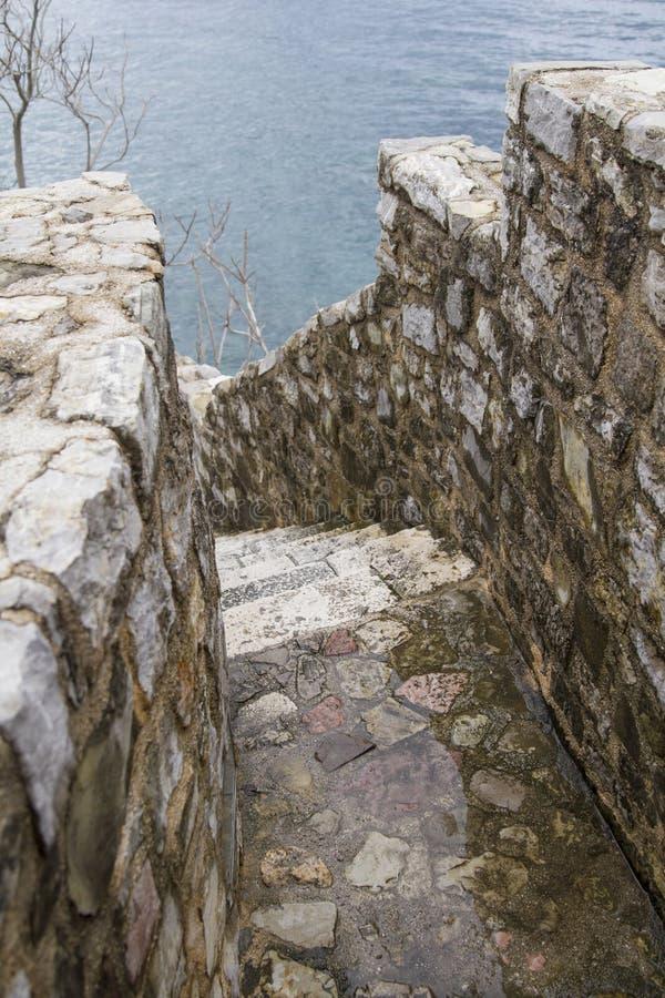 Старые лестницы Budva города стоковая фотография rf
