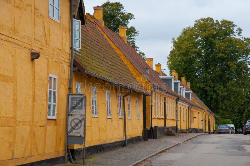 Старые желтые дома в городке Soro в Дании стоковое изображение