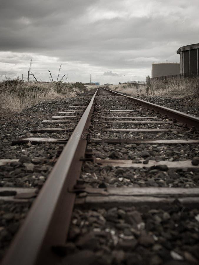Старые железнодорожные пути в деревне блефа, Новой Зеландии стоковые фотографии rf
