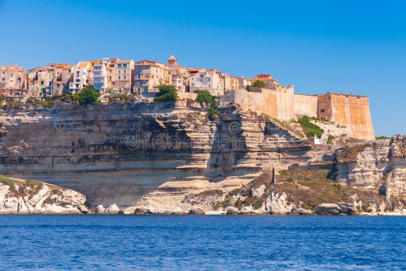 Старые живущие дома и крепость на скале Bonifacio стоковые изображения