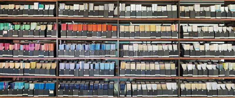 Старые журналы в библиотеке стоковые изображения