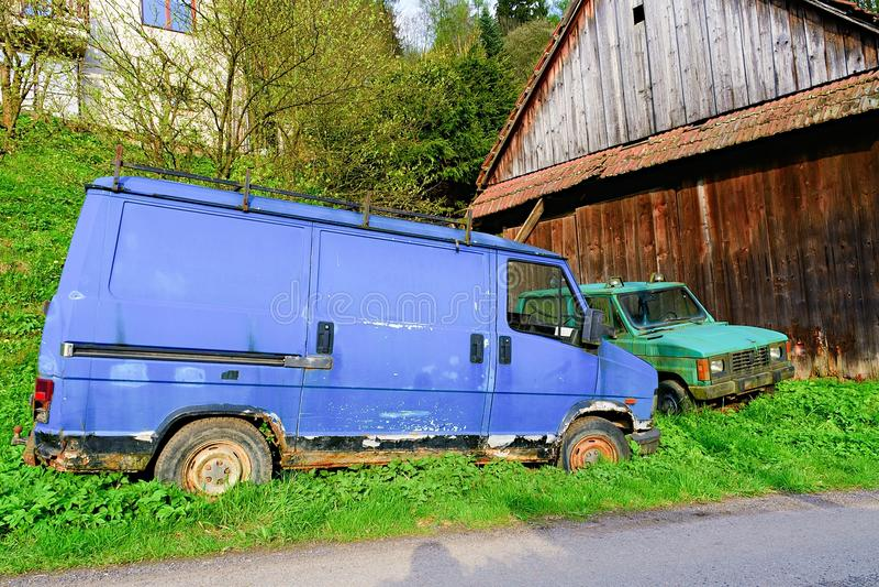 Старые загубленные автомобили Загубленные фургон и автомобиль поставки Ржавый фургон и автомобиль покрытые с мхом стоковые фото