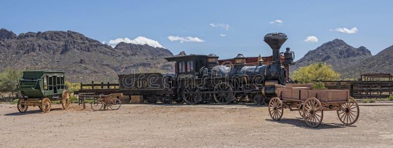 Старые западные паровой двигатель и тренер этапа стоковые изображения