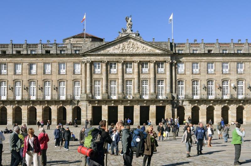 Старые здание муниципалитет и паломники в Santiago de Compostela стоковая фотография
