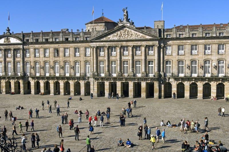 Старые здание муниципалитет и туристы в Santiago de Compostela стоковые изображения