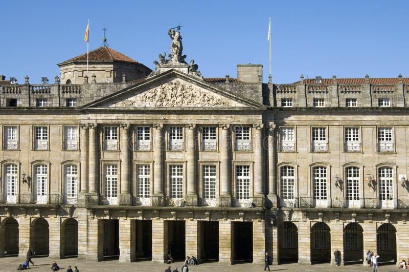 Старые здание муниципалитет и туристы в Santiago de Compostela стоковое фото rf
