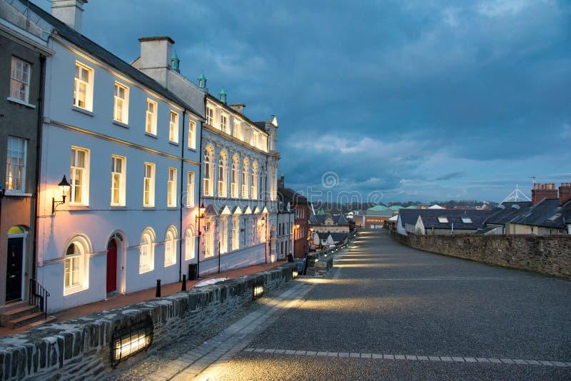Старые здания города Derry на сумраке стоковое изображение rf