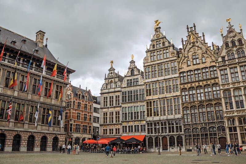 Старые здания и здание муниципалитет на рыночной площади Grote в Антверпене стоковая фотография rf