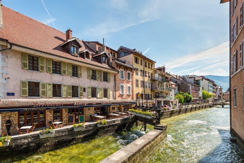 Старые здания на воде в Анси, Франции стоковое фото