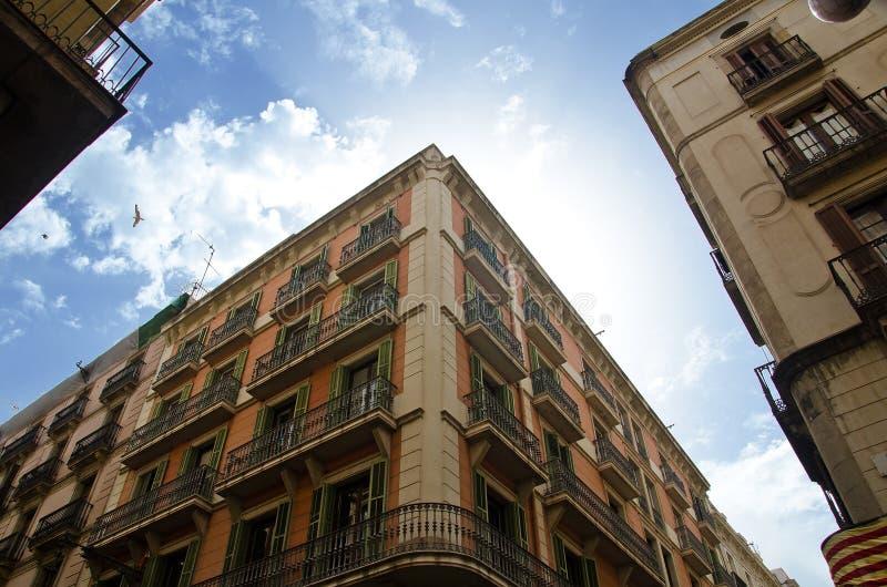 Старые здания улицы Carrer de Ferran в Барселоне стоковые изображения