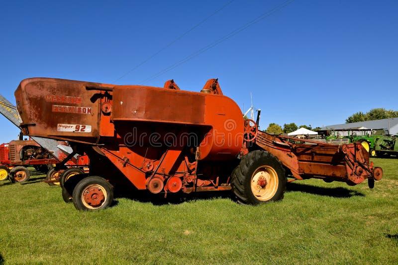 Старые зернокомбайн Massey Ferguson 92 самоходный стоковое фото