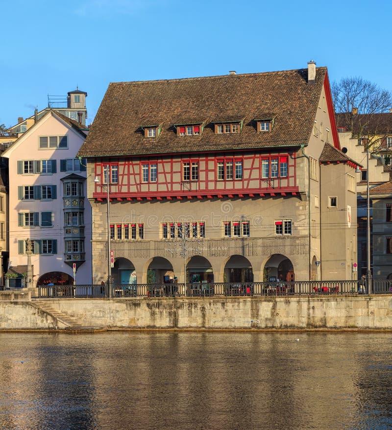 Старые здания городка вдоль реки Limmat в Цюрихе, Швейцарии стоковые изображения rf