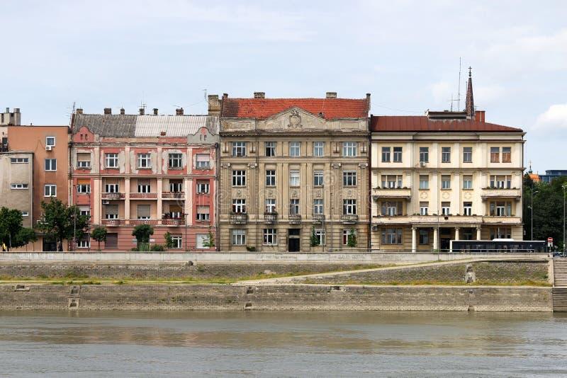 Старые здания на береге реки Novi Дуная унылом стоковые фото