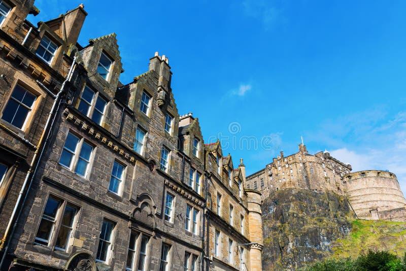 Старые здания на рынке травы в Эдинбурге, Шотландии стоковые изображения