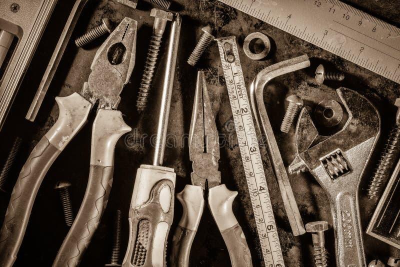 Старые инструменты на металлической предпосылке стоковое изображение rf