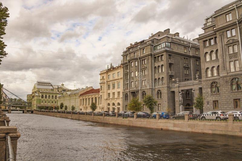 Старые исторические здания стоя вдоль обваловки канала Kryukov стоковые изображения
