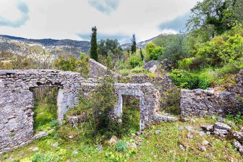 Старые исторические стены как руины в ландшафте Греции стоковые фото