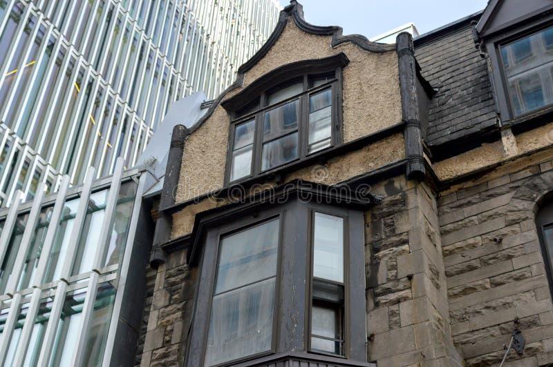 Старые и новые дома с огромными окнами стоковая фотография rf