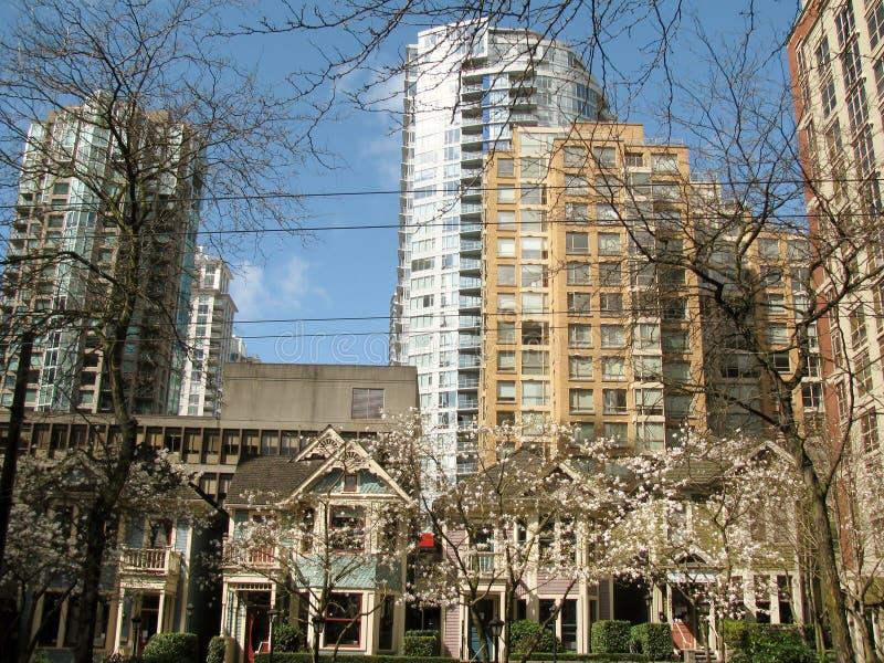 Старые и новые здания в центре города Ванкувера стоковое фото