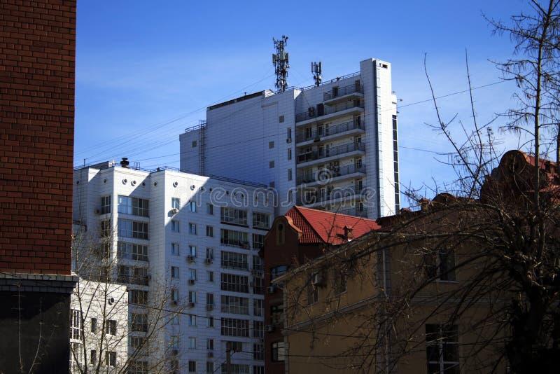 Старые и новые здания различных высот стоковое фото