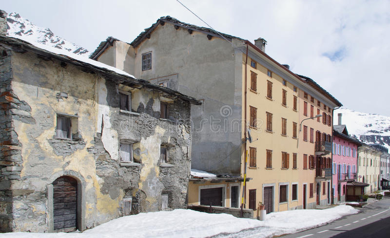 Старые и новые дома в Альпах стоковые изображения