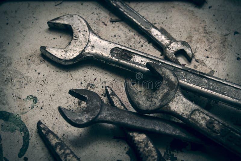 Старые и ржавые гаечные ключи стоковые изображения rf