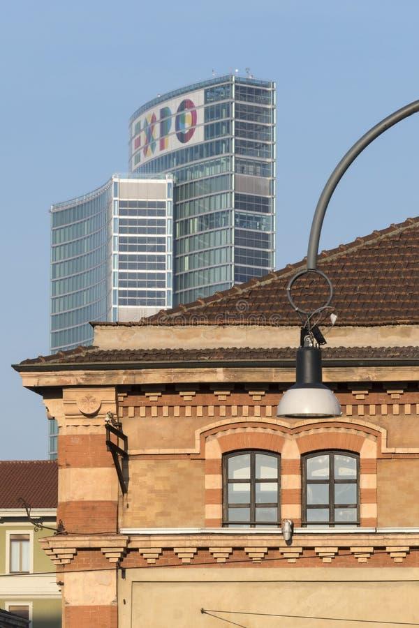 Старые и современные здания в милане стоковая фотография rf