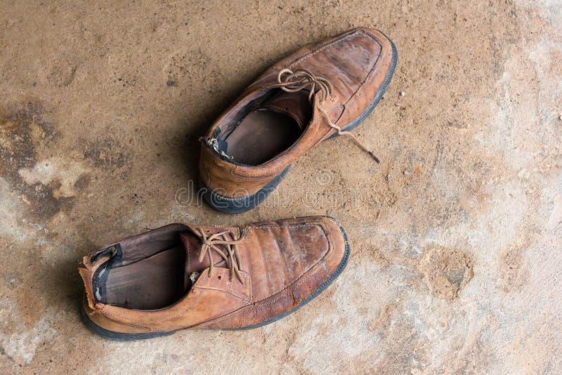 Старые и worn коричневые кожаные ботинки стоковое изображение
