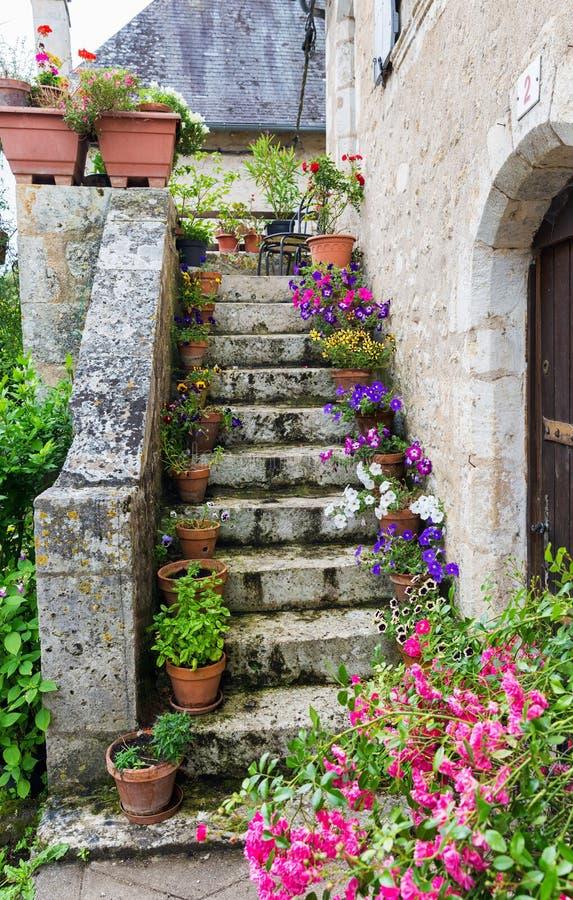 Старые каменные лестницы водя вверх украшенный с цветками стоковые изображения rf