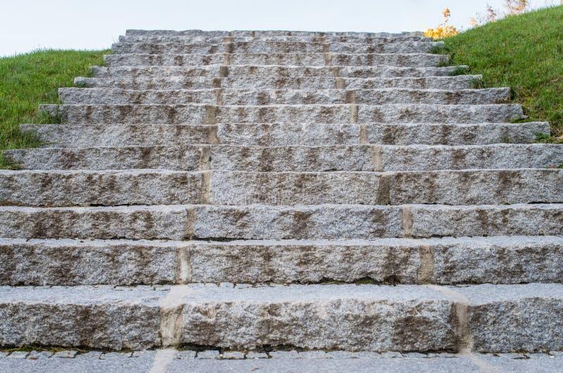 Старые старые каменные лестницы, взгляд низкого угла, лестница к раю, su стоковое фото