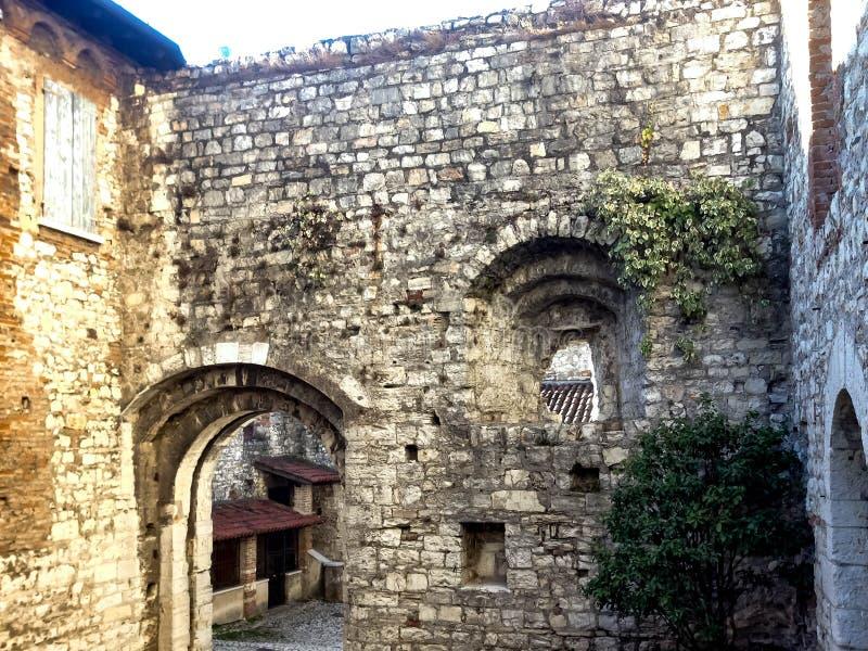 Старые каменные стены в крепости в Брешии стоковое фото rf