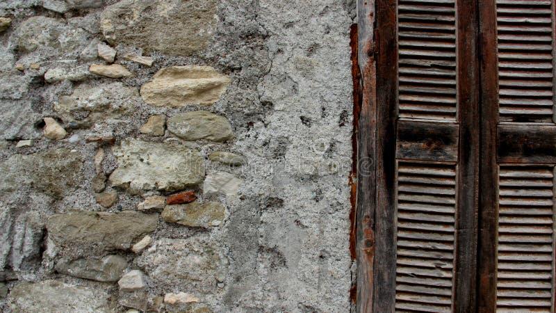 Старые каменные стены и деревянное окно стоковое изображение rf